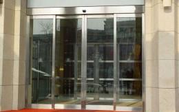 自动感应玻璃门价格_办公室装修感应玻璃门分类及价格_康蓝装饰公司